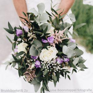 Bruidsboeket veldboeket bridalbouquet lila wit eucalypthus rozen lysianthus Louise Boonstoppel Foto
