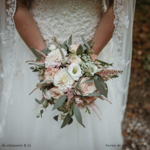 Bruidsboeket veldboeket gardenroses eucalypthus vintage weddingbouquet pastelsoft pink