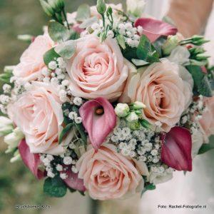 Bruidsboeket biedermeier avalanche rozen, calla, gipskruid