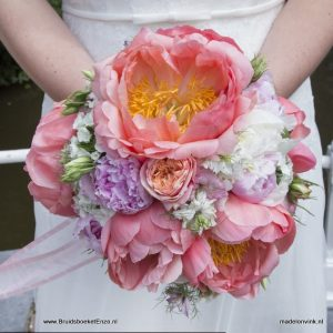 Bruidsboeket coral roze perzik pioenrozen Den Haag
