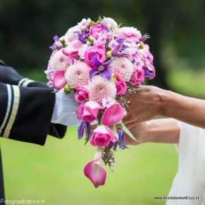 Druppel brudisboeket met Calla en Dahlia in paars en roze