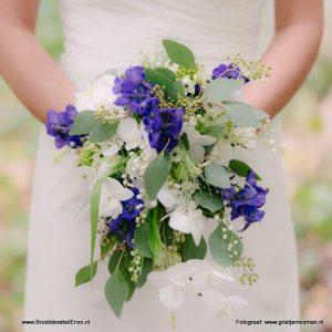 Bruidsboeket veldboeket blauw wit orchidee lelietjevandaalen eucalyptus