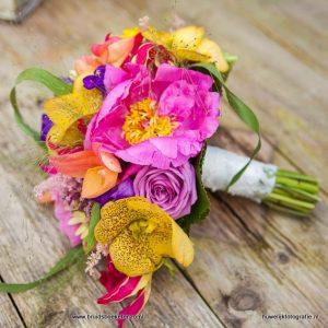 Bruidsboeket met vrolijke kleuren, pioenrozen, orchidee,vanda, rozen, grassen