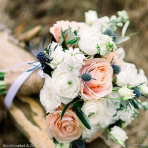 bruidsboeket bridalbouquet pezik peach olijf ranonkel rozen wit blauw