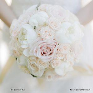 Bruidsboeket in poedertinten met pioenroos en sweet avalanche roos, wit en heel zacht roze