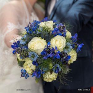 bruidsboeket veldboeket, blauw en witte bloemen zoals delphinium, rozen, korenbloem, distel