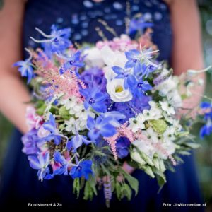 bruidsboeket veldboeket blauw wit roze Delphinium Lysianthus Astilbe Ornitogalum