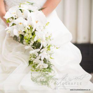 Prachtig lang bruidsboeket, druppel boeket met witte orchideeën