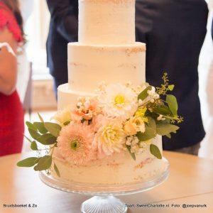 Bruidstaart met bloemen uit het bruidsboeket